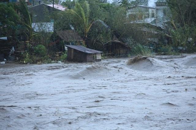 Siêu bão Goni gây vỡ đê, tàn phá các công trình ở Philippines - 4