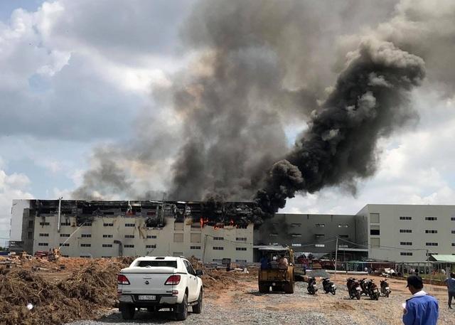 Hiện trường vụ cháy kinh hoàng tại công ty sản xuất ghế sofa ở Bình Dương - 2
