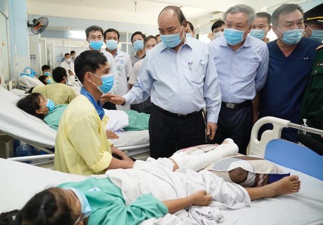 Thủ tướng thị sát, thăm hỏi người dân vùng bão lũ Quảng Ngãi và Quảng Nam - 6