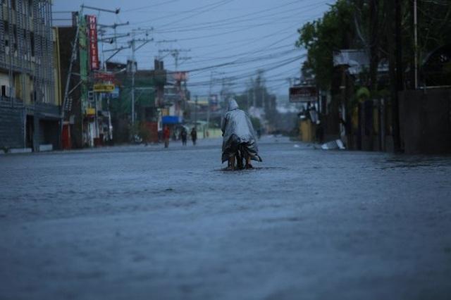 Siêu bão Goni gây vỡ đê, tàn phá các công trình ở Philippines - 5