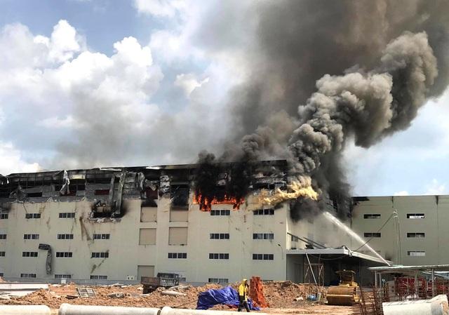 Hiện trường vụ cháy kinh hoàng tại công ty sản xuất ghế sofa ở Bình Dương - 3