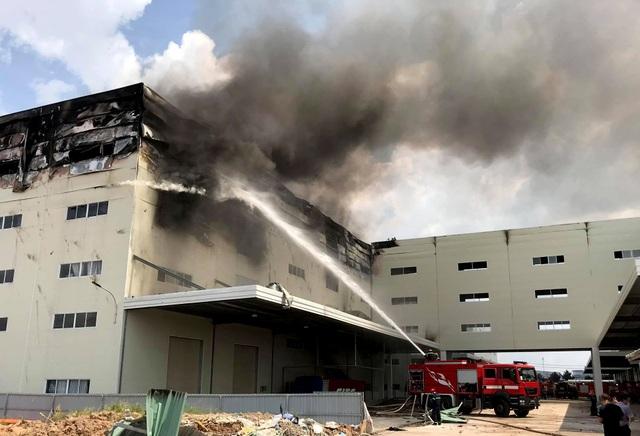 Hiện trường vụ cháy kinh hoàng tại công ty sản xuất ghế sofa ở Bình Dương - 6