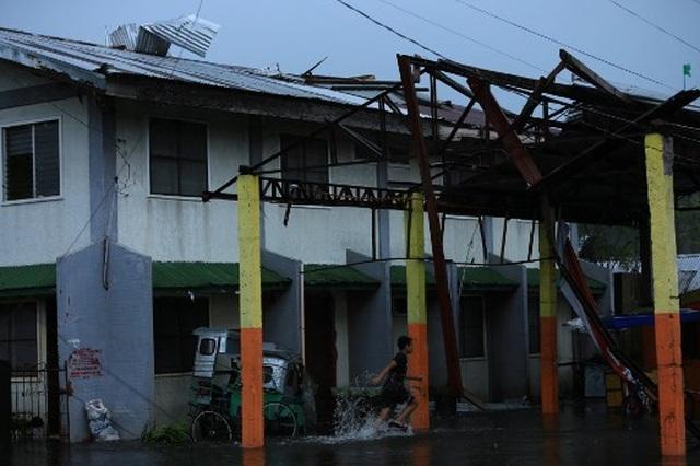 Siêu bão Goni gây vỡ đê, tàn phá các công trình ở Philippines - 7