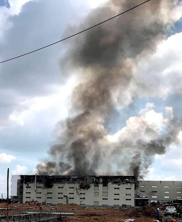 Hiện trường vụ cháy kinh hoàng tại công ty sản xuất ghế sofa ở Bình Dương - 11