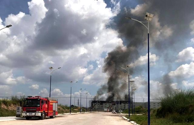 Hiện trường vụ cháy kinh hoàng tại công ty sản xuất ghế sofa ở Bình Dương - 8