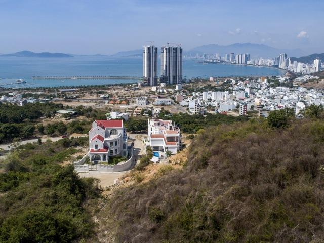 """Gia đình ở Nha Trang xây biệt thự """"lưng tựa núi, mặt hướng biển"""" tuyệt đẹp - 1"""