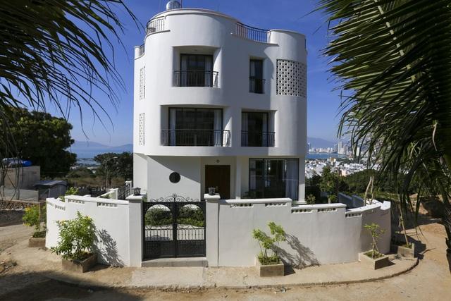 """Gia đình ở Nha Trang xây biệt thự """"lưng tựa núi, mặt hướng biển"""" tuyệt đẹp - 3"""