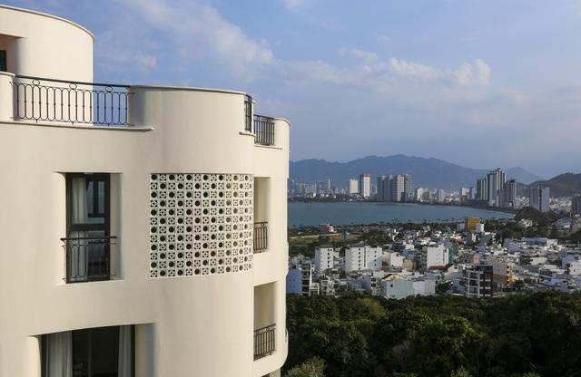 """Gia đình ở Nha Trang xây biệt thự """"lưng tựa núi, mặt hướng biển"""" tuyệt đẹp - 4"""