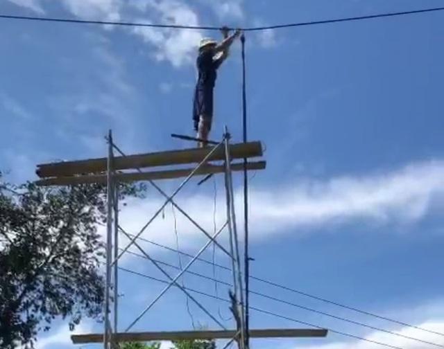 Quảng Ngãi: Người dân bắt giàn giáo, cắt dây điện 22KV đi ngang vườn - 1