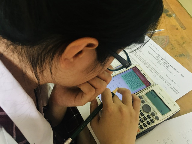 Học trò làm bài kiểm tra trên điện thoại: Ngăn kẻ gian lận đóng thế - 1