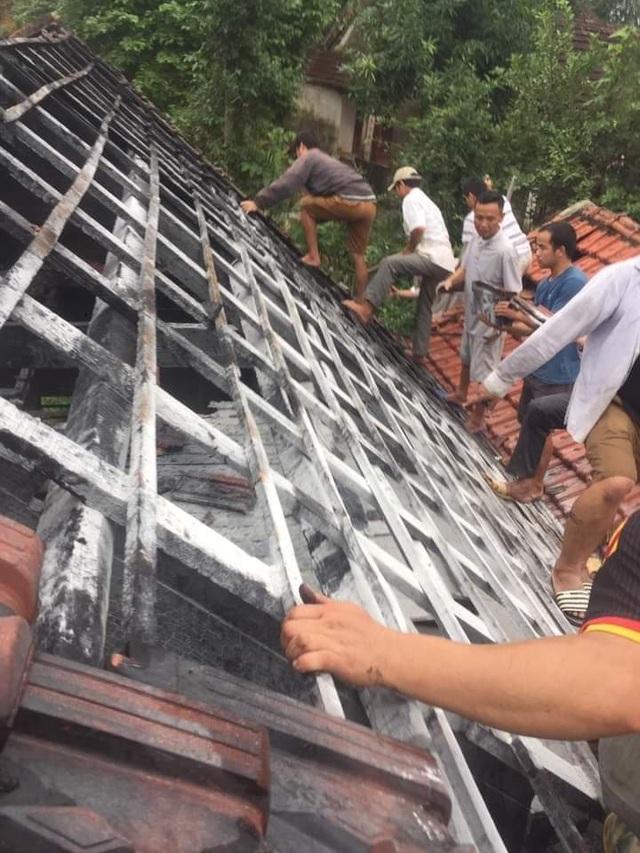 Người dân đang tập trung cứu chữa những gì còn sót lại sau vụ cháy.