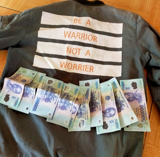 Thấy 5 triệu đồng trong áo quyên góp, học sinh miền núi nhờ trường trả lại - 1
