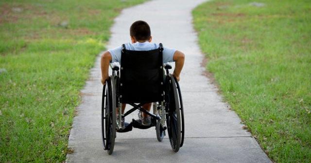 Trẻ lên 10 là phải ngồi xe lăn vì bệnh di truyền khó phát hiện - 1