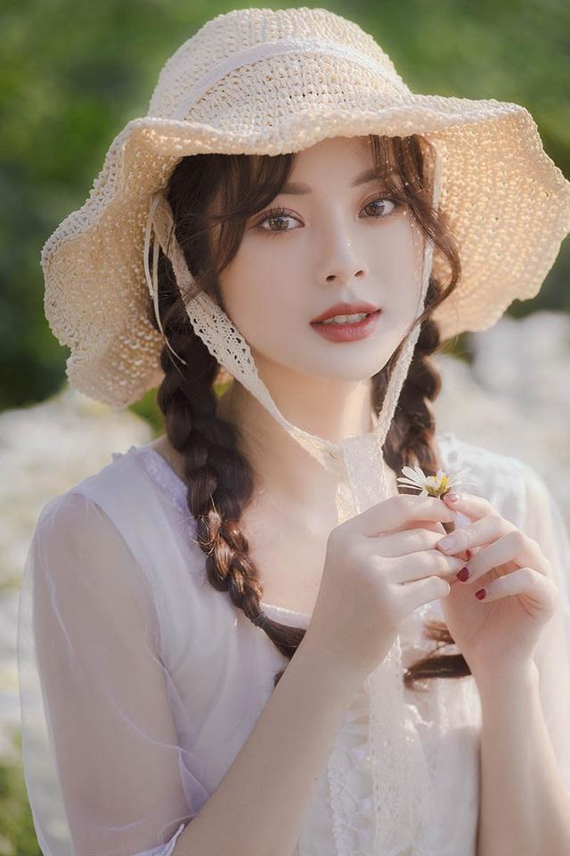Hot girl Tài chính xinh như búp bê đọ sắc bên hoa cúc họa mi - 1