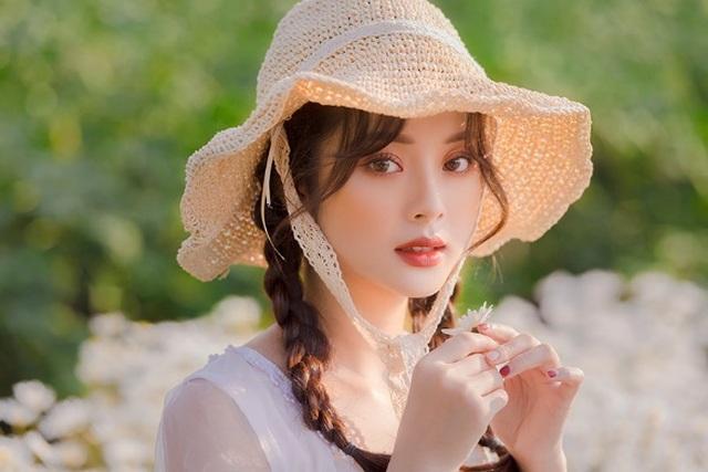Hot girl Tài chính xinh như búp bê đọ sắc bên hoa cúc họa mi - 2