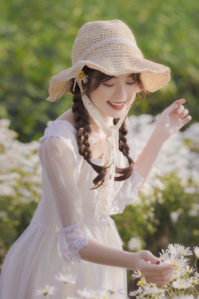 Hot girl Tài chính xinh như búp bê đọ sắc bên hoa cúc họa mi - 4