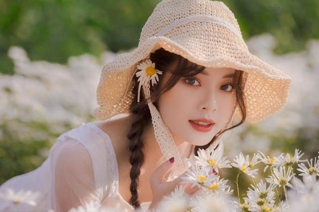 Hot girl Tài chính xinh như búp bê đọ sắc bên hoa cúc họa mi - 5