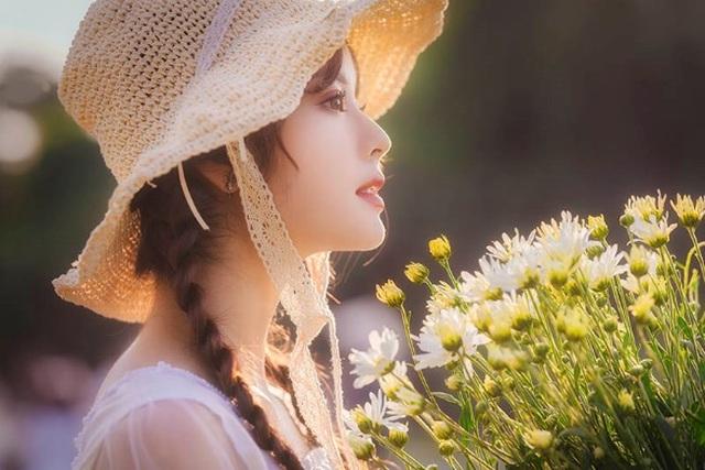 Hot girl Tài chính xinh như búp bê đọ sắc bên hoa cúc họa mi - 8