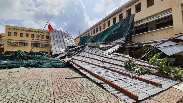 Dông lốc cuốn mái nhiều phòng học, hàng ngàn học sinh phải nghỉ  - 1