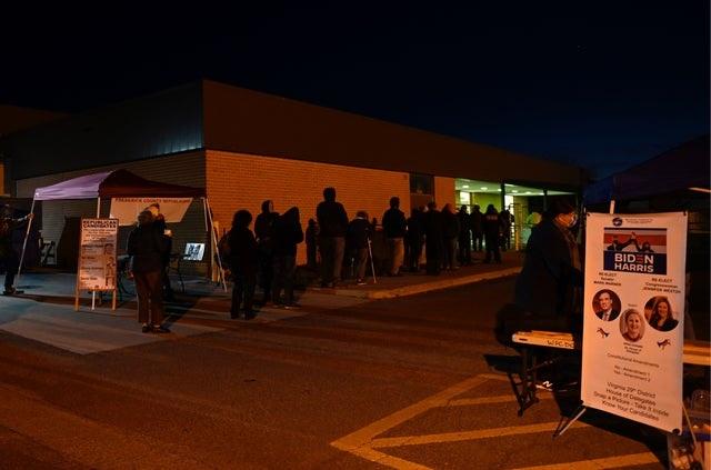 Người Mỹ đi bỏ phiếu từ tờ mờ sáng - 11