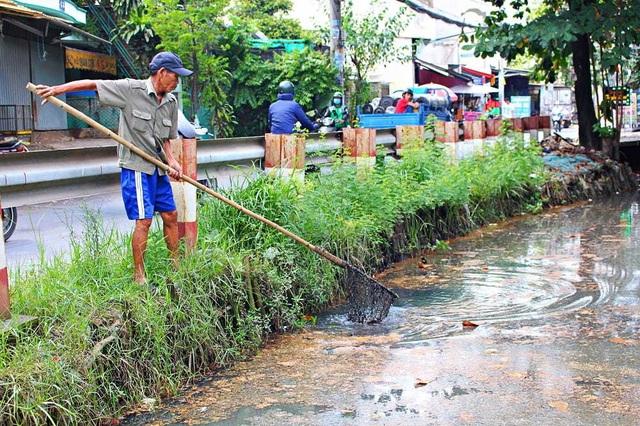Người cựu binh 6 năm vớt rác, nhặt kim tiêm trên kênh Sài Gòn - 1