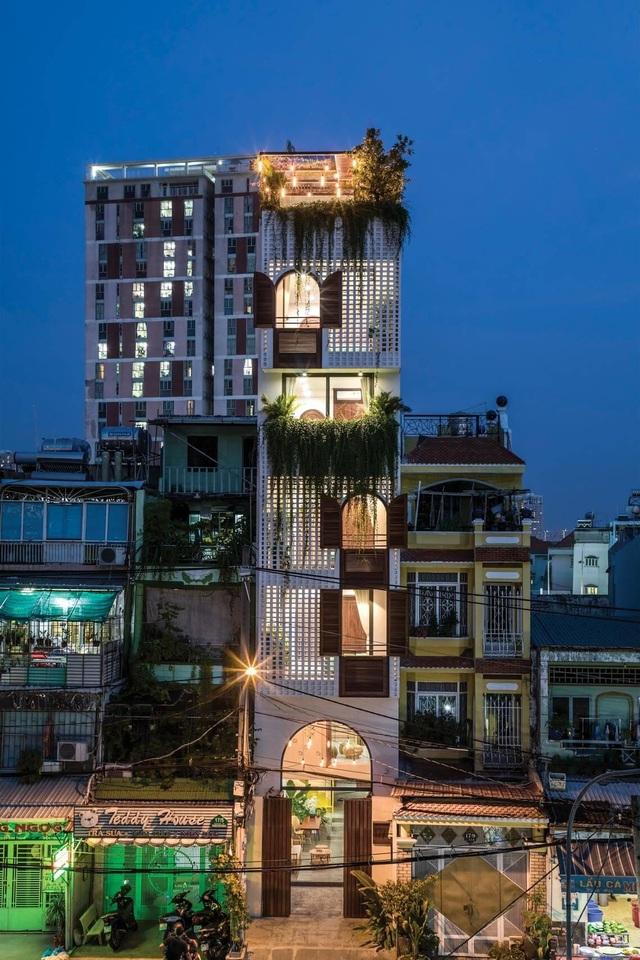 """Nhà ống Sài Gòn có chiều cao """"lênh khênh"""" với mặt tiền đặc rỗng lạ lùng - 2"""