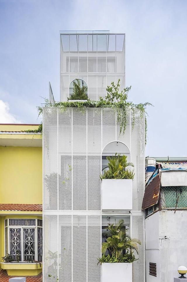 """Nhà ống Sài Gòn có chiều cao """"lênh khênh"""" với mặt tiền đặc rỗng lạ lùng - 5"""
