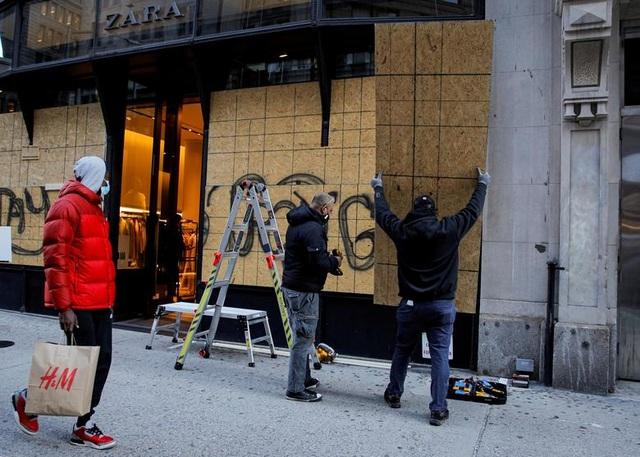 Người Mỹ cấp tập gia cố cửa hàng đề phòng bạo loạn - 2