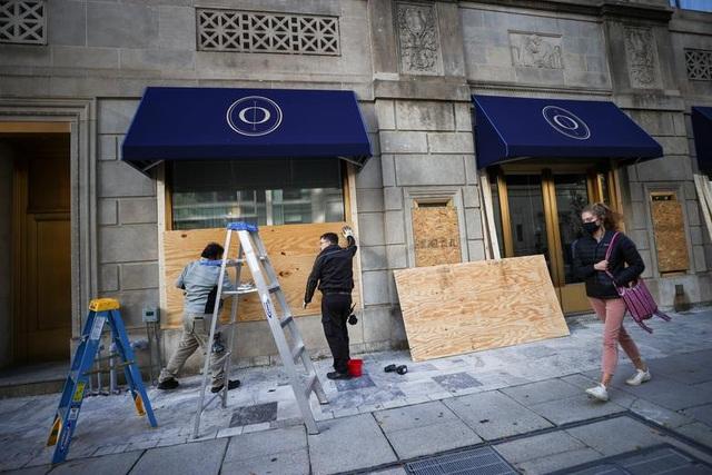 Người Mỹ cấp tập gia cố cửa hàng đề phòng bạo loạn - 4