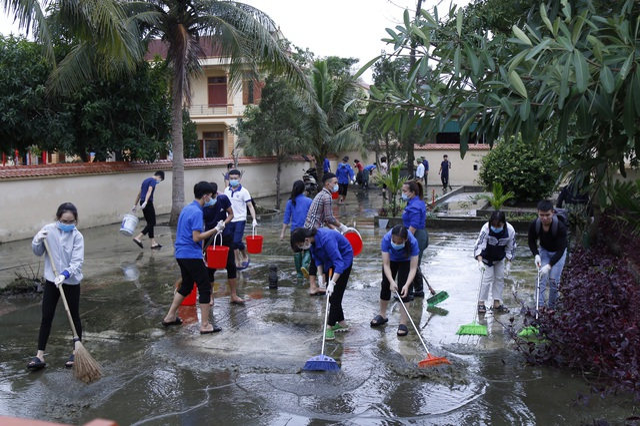 Các tình nguyện viên hỗ trợ vệ sinh tại xã Hưng lợi, huyện Hưng Nguyên.  .