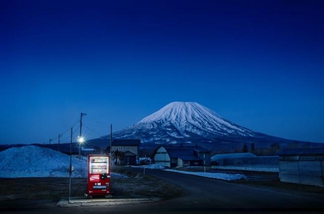 """Những chiếc máy bán hàng tự động """"cô đơn"""" ở Nhật Bản - 1"""