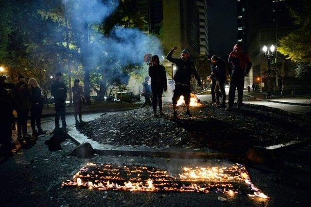 Người biểu tình đốt cờ, tuần hành trong đêm bầu cử Mỹ - 2