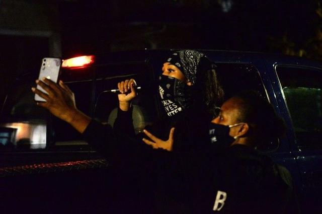 Người biểu tình đốt cờ, tuần hành trong đêm bầu cử Mỹ - 1