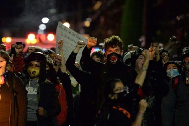 Người biểu tình đốt cờ, tuần hành trong đêm bầu cử Mỹ - 3