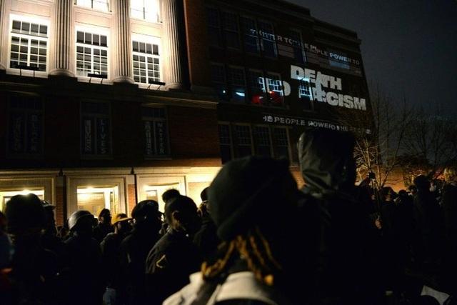 Người biểu tình đốt cờ, tuần hành trong đêm bầu cử Mỹ - 4