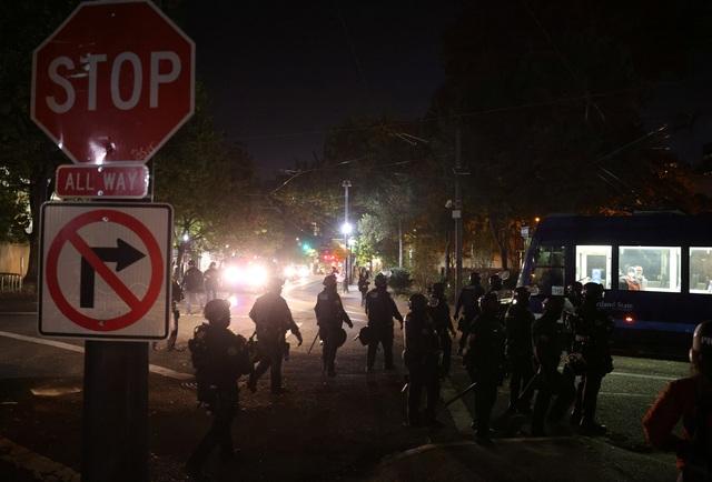 Người biểu tình đốt cờ, tuần hành trong đêm bầu cử Mỹ - 6