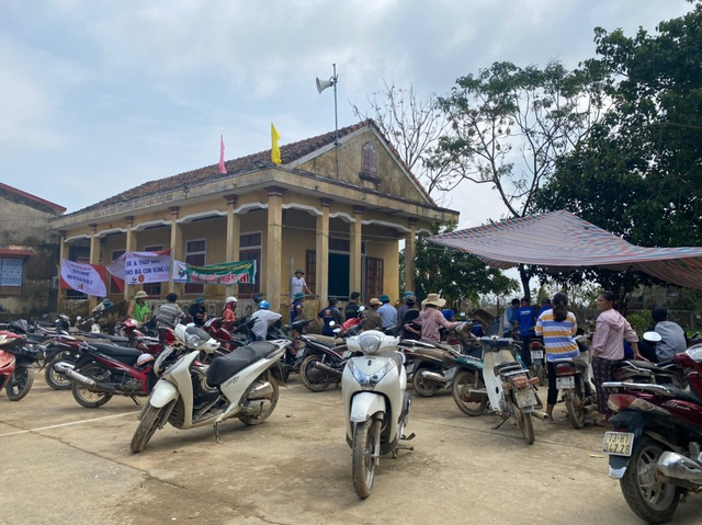 """Hàng chục tình nguyện viên về vùng lũ, """"hồi sinh"""" xe máy cho người dân - 2"""