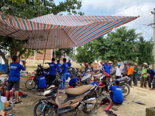 """Hàng chục tình nguyện viên về vùng lũ, """"hồi sinh"""" xe máy cho người dân - 1"""