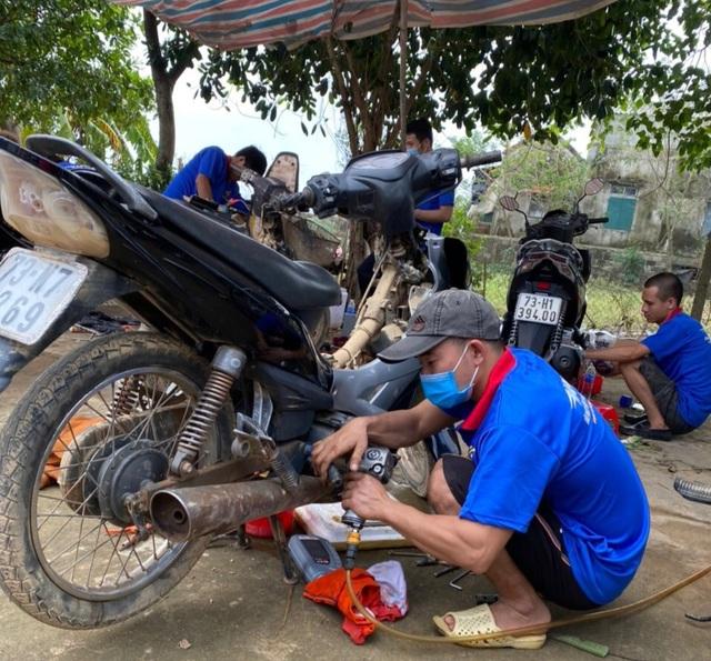 """Hàng chục tình nguyện viên về vùng lũ, """"hồi sinh"""" xe máy cho người dân - 3"""