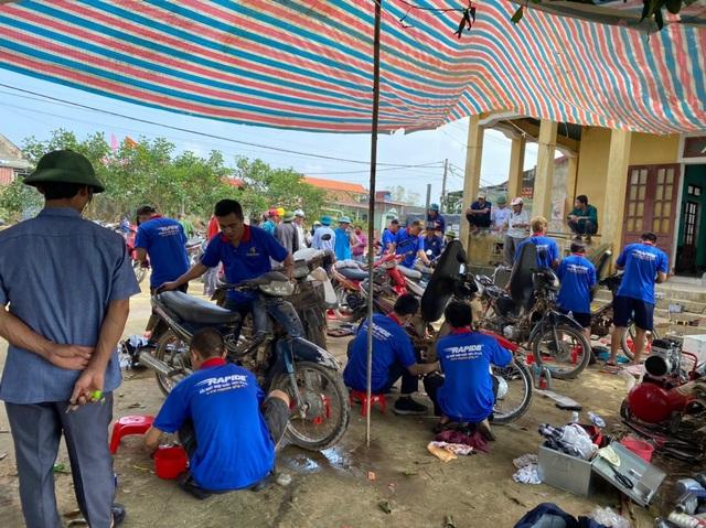 """Hàng chục tình nguyện viên về vùng lũ, """"hồi sinh"""" xe máy cho người dân - 4"""