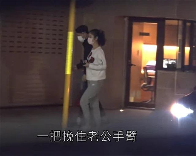 Lâm Tâm Như nắm chặt tay Hoắc Kiến Hoa trên phố - 1