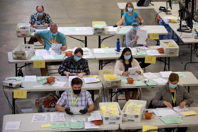 Nỗ lực kiểm phiếu xuyên đêm trong bầu cử Mỹ - 13