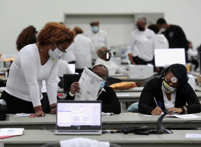 Nỗ lực kiểm phiếu xuyên đêm trong bầu cử Mỹ - 16