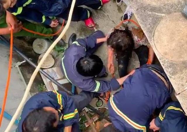 Cứu sống một phụ nữ rơi xuống giếng sâu 25 m - 1