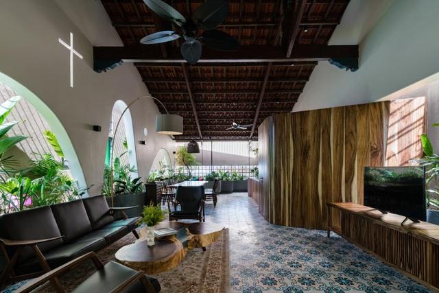 Mê mẩn nhà mái gỗ tuyệt đẹp, có sân thượng xanh mướt đủ loại cây ở Vũng Tàu - 1