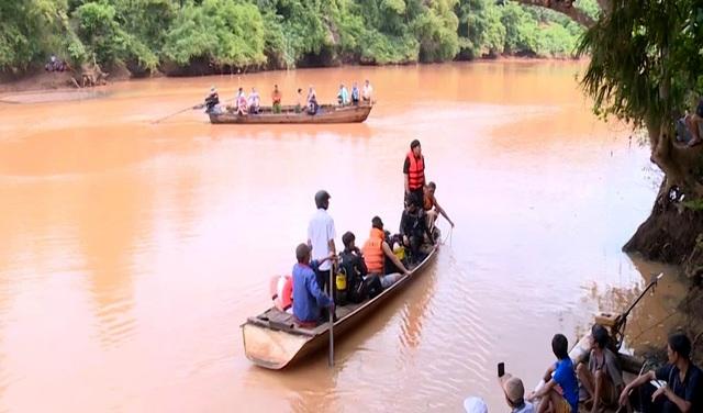 Lật thuyền chở nhóm người thả cá phóng sinh, 2 người đuối nước thương tâm - 2