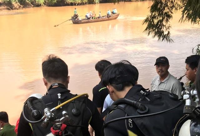 Lật thuyền chở nhóm người thả cá phóng sinh, 2 người đuối nước thương tâm - 1