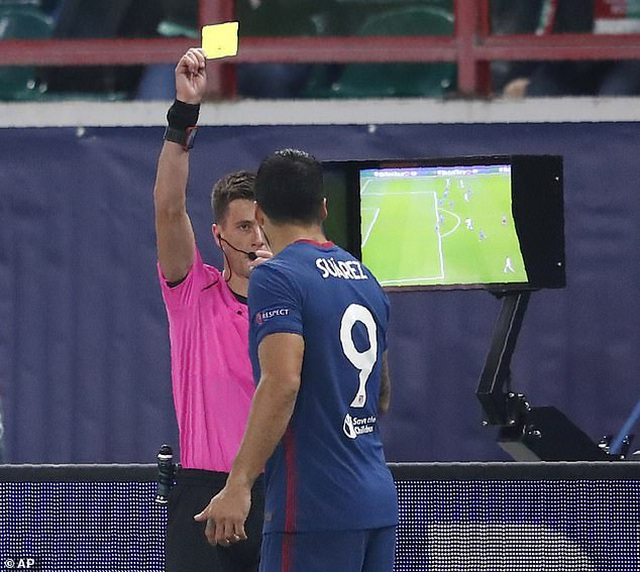 Luis Suarez nhận thẻ vàng vì nhìn trộm VAR - 2