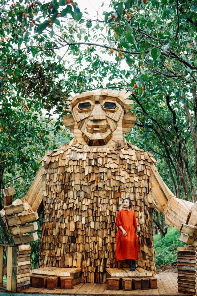 Du khách thích thú check-in với tượng gỗ quái vật khổng lồ ở Đà Lạt - 1