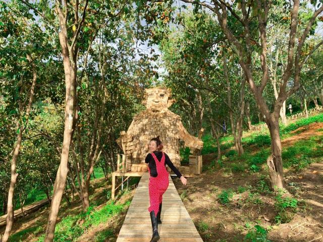 Du khách thích thú check-in với tượng gỗ quái vật khổng lồ ở Đà Lạt - 2